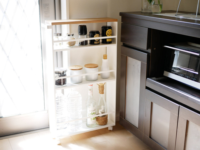キッチンには、細々としたモノが多いですよね。限られた空間ですっきりと収めるなら、スリムワゴンが便利です。 調味料やお茶、ペットボトルなどをまとめることができます。キャスター付きなので、作業する場所に移動するのもラク。ちょっとしたすき間を収納スペースに変えられますよ。