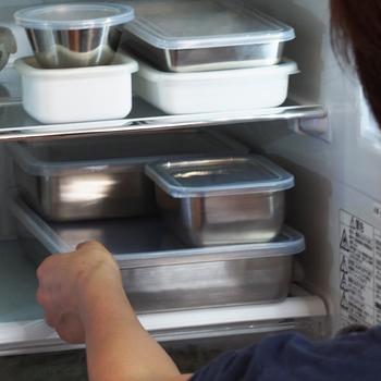 衛生的で丈夫な保存容器をお探しなら、ステンレス製のバットを使ってみてはいかがでしょう。 シンプルで美しいデザインが、クールな印象を与えます。肉や魚の下味をつけるときに使ったり、蓋をプラスして常備菜や野菜の保存をしたりと幅広く活躍してくれることでしょう。