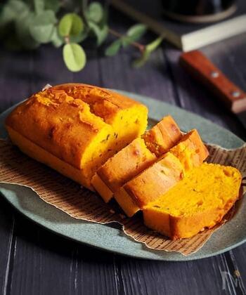 ハロウィンにもおすすめ!かぼちゃのパウンドケーキです。HMを使うので、粉をふるう手間も省けて手軽に作れます。かぼちゃをたっぷりと使って、しっとりとした食感に。きれいなかぼちゃ色が華やか♪