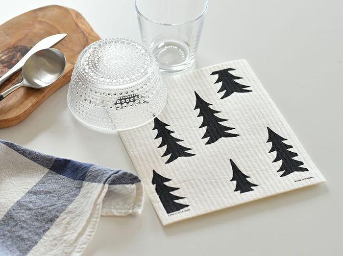 吸水性に優れたフキンのようなスポンジワイプ。シンク周りの水濡れ防止や台ふき、食器ふきなどに重宝するアイテムです。 紙のようなドライな素材感でかさばらず保管も簡単ですが、水にぬらすと布のように柔らかくなるのが特徴。綿やパルプからの再生植物繊維であるセルロースでできているので、燃えるゴミとして捨てても土に還るのも嬉しいところです。