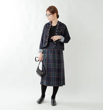 きちんと感のあるGジャンにチェックプリーツスカートを合わせたトラッド風スタイル。ネイビーをメインに大人っぽく見せつつ、柄やパーツでアクセントを加えています。
