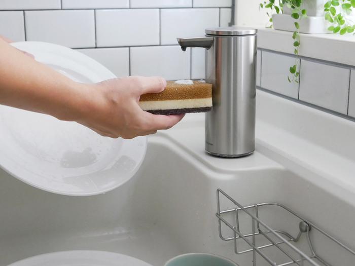 手が汚れているときなど、ハンドソープや食器洗い用洗剤がさっとでたら便利なのに…そう感じたことはありませんか。こちらは、自動でソープが出てくるセンサーポンプ。すっきりとしたデザインと、手をかざすだけでソープが出てくる手軽さが魅力です。