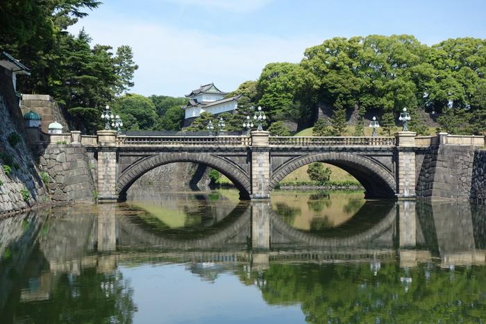 天皇陛下のお住まいや宮内庁がある「皇居」。東京駅の丸の内側から真っ直ぐな一本道で行ける定番の観光スポットです。一般公開されているエリアは気軽に散策できますが、しっかり観光したいなら事前申し込みが必要な「皇居一般参観」がおすすめ。普段は入れない場所を案内してもらえますよ。