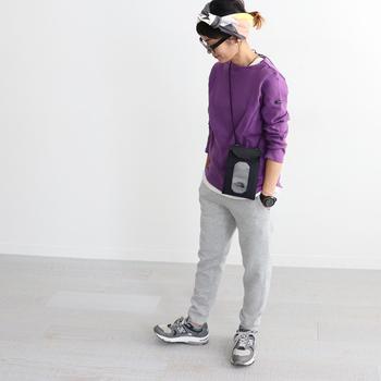 バスクシャツ×スウェットパンツに、スニーカーやサコッシュを合わせたスポーティーにまとめたコーディネート。アクティブな組み合わせは運動会にぴったりです。