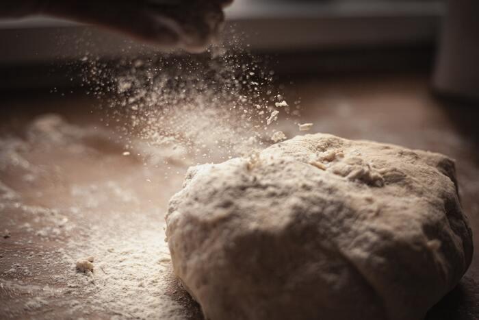 『全粒粉』は小麦の一種なので、小麦粉同様、小麦アレルギーにも注意が必要です。小麦アレルギーの症状として、小麦を含んだ食品を食べると湿疹やかゆみなどの軽い症状からショック状態になるアナフィラキシーショックまで症状は様々です。気になる方は、なるべく自炊を心掛け、外食等でも注意しながら摂取することが大切です。