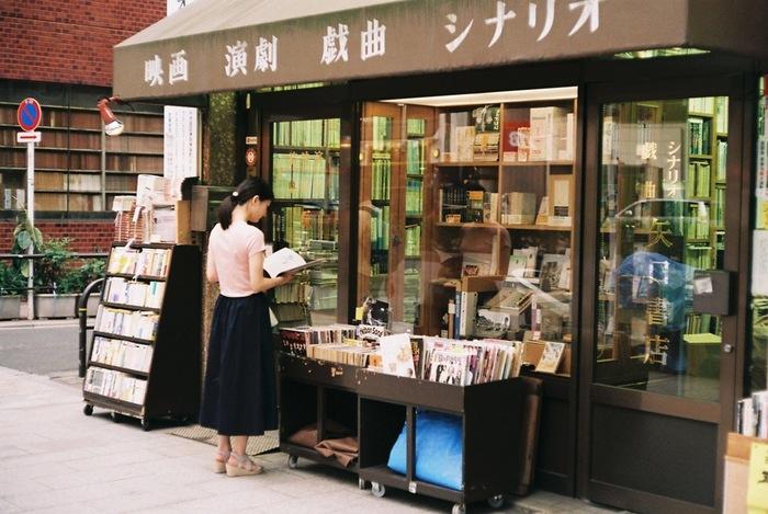 神田神保町はいくつもの大学が集まるエリアで、そこに通う学生をターゲットに専門書店が増えていったのが「神田神保町古書店街」の始まりとされています。現在は170以上の古書店が軒を連ね、漫画本から高額な希少本まで幅広いジャンルの古本が販売されています。