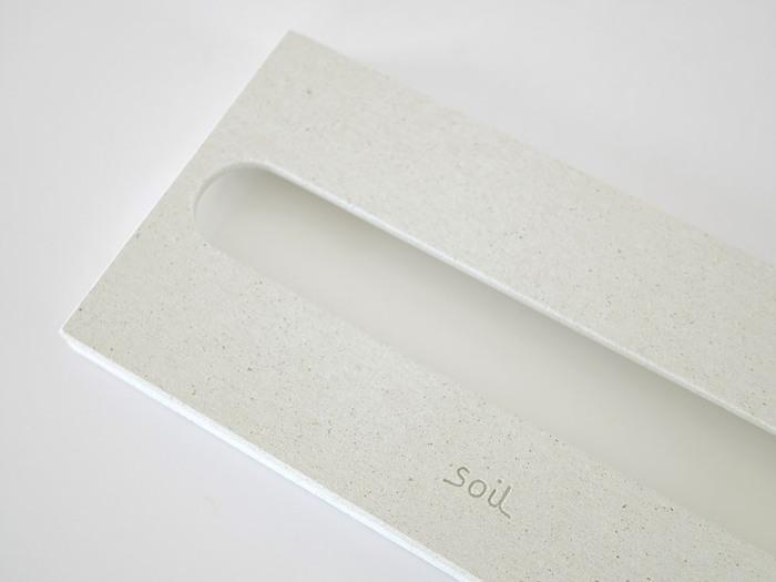 白くてシンプルな見た目がgood!マットな質感の中に、ひる石のキラッとした輝きがプラスされています。さりげなく施されたsoilのロゴが可愛い♪