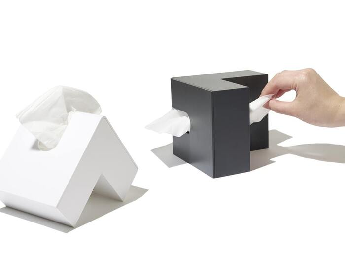 ティッシュを上からも下からも取り出せるのが便利!スペースに合わせて色々な角度で置けるフレキシブルさが嬉しいポイントです。入れられる量はティッシュ箱(180組)の3分の1ほど。フタを開けて簡単に補充できますよ。