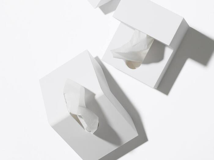 ティッシュケースは四角い、という概念を覆すこちらのケース。山型に折った形は、省スペースで使えるよう計算されています。無駄のないすっきりとしたデザインも魅力。