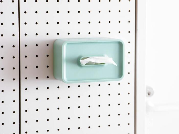 こちらは壁に取り付けられるコンパクトティッシュケース。壁を有効活用できる、目からウロコのアイテムです。ビスやマグネットを使って、手に取りやすい場所に取り付けると便利ですね♪