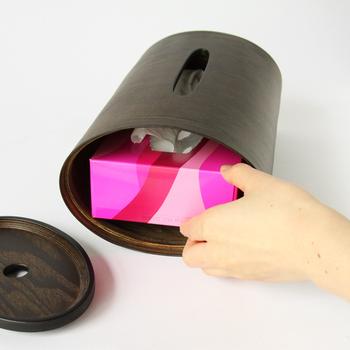 カラーはナチュラルとダークブラウンの2色。穴の開いた面を開くと、ティッシュ箱がすっぽり入ります。入れられるサイズは高さ6.5cmまでです。