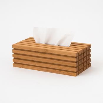 まっすぐ揃った竹の凹凸感が遊び心のあるケース。小さい正方形が並んだ面は、じっくり見たくなる美しさです。お部屋に置くと存在感を発揮してくれそう。