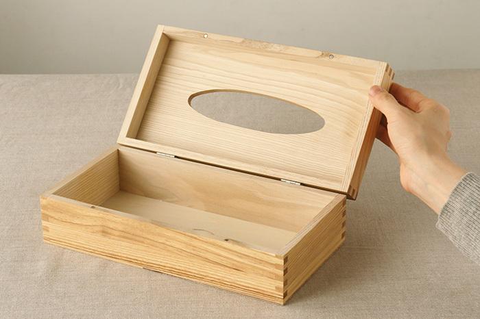 蝶番で固定されたフタをパカッと開くのは、宝箱を開くようでワクワクしますね!高さ7cmまでのティッシュ箱が入るサイズです。フタは磁石でしっかり留められるつくり。