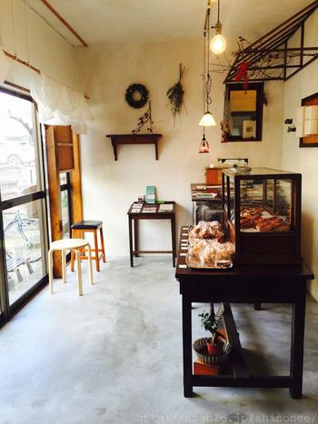 国立は喫茶店やカフェ好きさんを唸らせるセンスの光るお店がたくさんあることでも有名。こちらは、パフェやタルト、焼き菓子などで人気のカフェ・ボートン。行列ができる人気のお店です。スイーツの美味しさはもちろん、お店の雰囲気もとっても素敵。国立に住めば、こんな素敵なカフェの常連さんになれるかも。