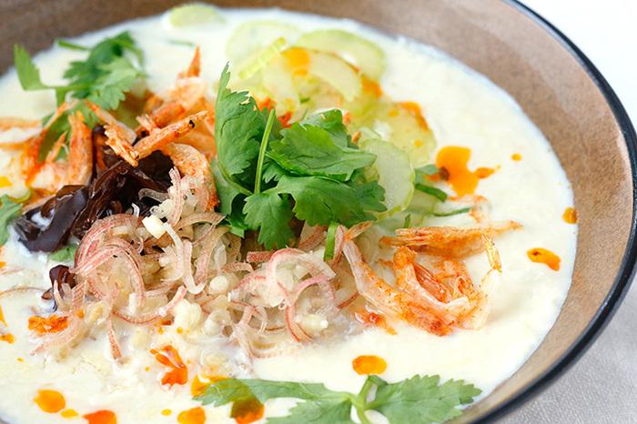台湾で朝ごはんとして食べられている豆乳スープ「シェントウジャン」。みょうが、セロリ、香菜、きくらげ、桜えびなど、食材たっぷりで健康的です。