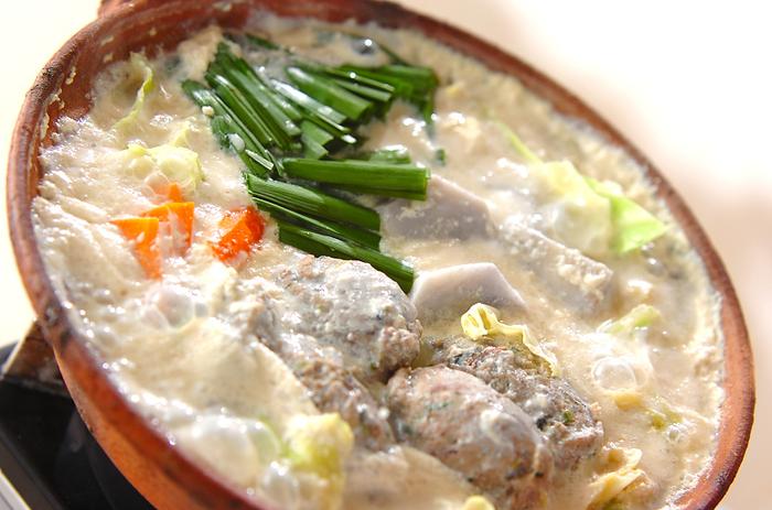 イワシのつみれ、キャベツ、にんじん、ニラ、里芋など、たっぷり食材を入れればそれぞれの旨味が絡み合います。一味唐辛子が味のアクセントになってやみつきになります♪