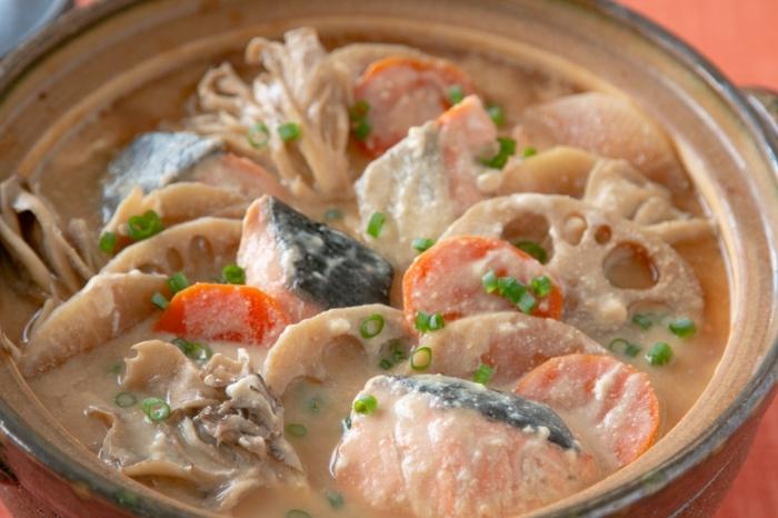 寒い季節にぴったり!鮭と根菜がたっぷり入った豆乳鍋です。酒粕と生姜が入っているので、身体の芯からあたたまります。