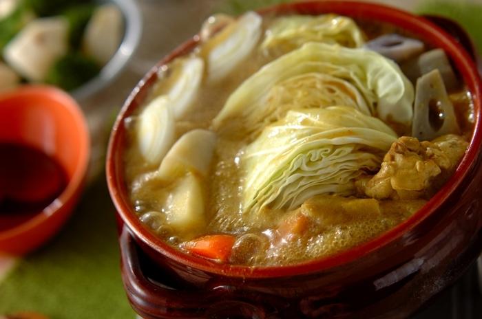 カレー粉を加えたアレンジ豆乳鍋は、あらかじめレンジで野菜を加熱しておくため時短で作ることができます。ガラムマサラを加えればさらに奥深い味わいに◎