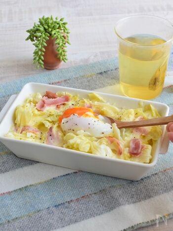 キャベツと豆乳の自然な甘さが、とろっとしたチーズと卵に絡む絶品豆乳ドリアのレシピ。お皿一枚とレンジで完成するので、洗い物も楽々です♪