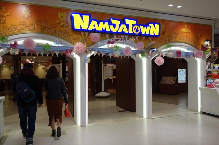 同じくサンシャインシティ内にあり、家族連れに人気が高いのが、バンダイナムコが手がける屋内型テーマパーク「ナンジャタウン」です。体を使うゲームや謎解き、ホラーなど、子供から大人まで楽しめるアトラクションがいろいろ。かわいいキャラクターに会えるイベントもありますよ。
