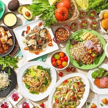 こちらの朝食は、とある旅行サイトで大阪府内の「朝食のおいしいホテル」として4年連続1位を獲得した、折り紙付きのおいしさ!サラダやスープといった洋食から、自家精米に多様なおかずを用意した和食まで、ビュッフェや朝食プレート、アラカルトなどで楽しむことができます。