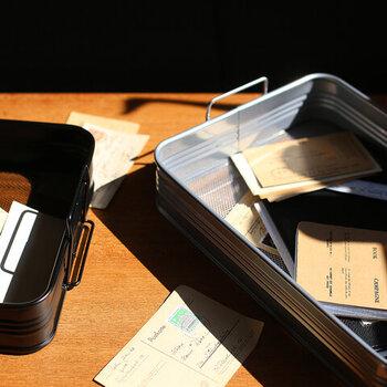 底面がメッシュになっている、武骨な印象のトレー。細々したものや書類など、散らかりがちなものを入れるだけでデスク上をスッキリと見せてくれます。
