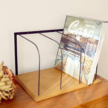 アイアンフレームと木材だけを使って作られた、シンプルでスタイリッシュなデザインのブックスタンドです。デスク上を大人っぽく、落ち着いた雰囲気で演出したいという方にもおすすめ。A4サイズの書類などもしっかりと立てることができます。