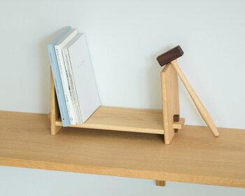 文庫本やノートなど、少し小さめのものを立てて収納したいときに便利なサイズ感のブックスタンド。小槌が付属している組み立て式で、ビスを打ち込めば簡単に組み立てが可能です。この小槌を、ブックエンドとして使用してもおしゃれ。