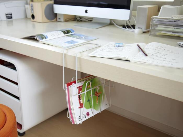 デスクの上に本やファイルを置くとじゃまくさいと感じる方には、デスクの下に収納スペースを作るのがおすすめです。このラックを使えば、デスク下に収納をプラスしてサッと手の届く取り出しやすい位置に本などをしまうことができます。