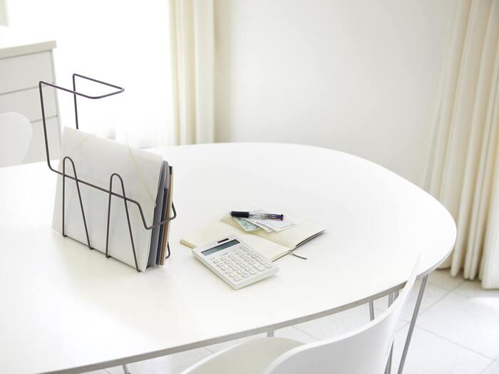 テーブルの上に立てて使うこともできるので、使用時にはデスク上に、使い終わったらデスク下に臨機応変に可動ができるのもうれしいポイントですね♪