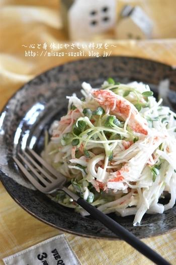 カニかま・大根のマヨネーズあえは、好きな人には大好きな組み合わせのサラダ。彩りとして、かいわれ大根も加えてみてはいかがでしょう。  カニかまとマヨネーズのコクのある味わいは、かいわれ大根の辛みもうまくカバーしてくれますよ◎