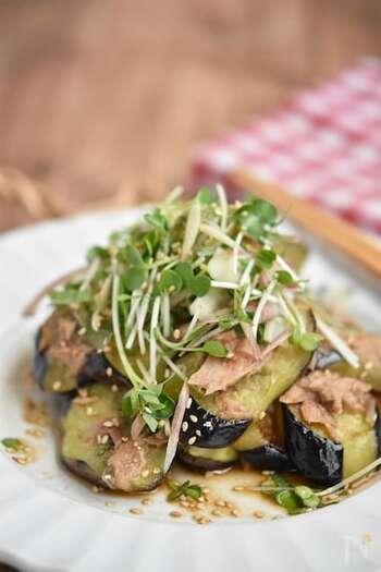 副菜としても人気の一品「焼きなすのツナポン酢」。ちょっと油でこってりしがちな味わいですが、かいわれ大根を一緒に和えることで、重たくなくパクパクと食べられますよ。