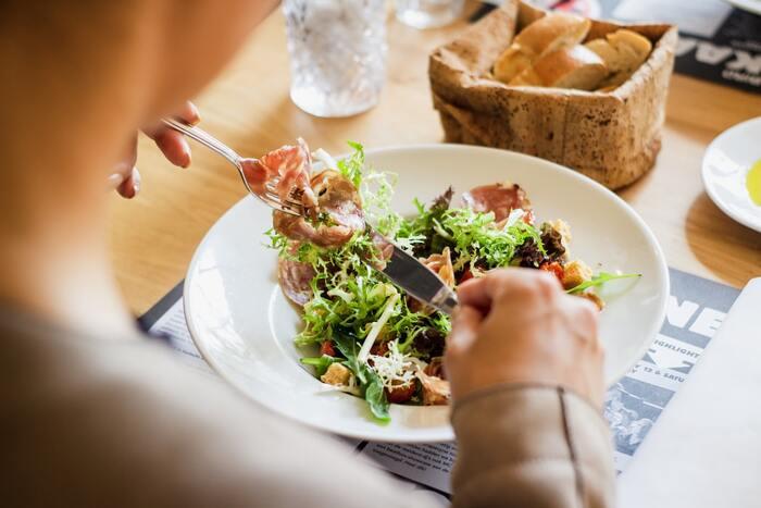 食後は食べた物を消化するため胃に血液が集まります。食後にリンパマッサージを行うと、血行が良くなることでその血液が全身を巡ってしまい、消化不良になる可能性があります。 リンパマッサージを行う際は、食後2時間以上は空けるようにしましょう。また飲酒後もアルコールがまわりやすくなるので控えるようにして下さい。
