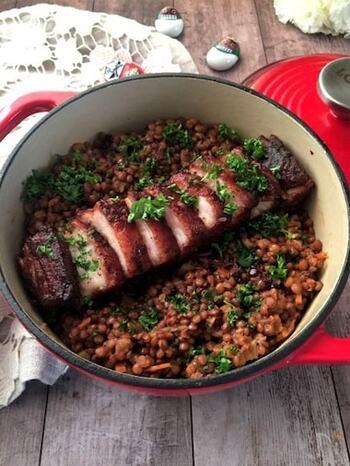 イタリアでは、年末からお正月にかけて豚肉とレンズ豆の煮込み(レンティッケ)をよく食べるのだとか。レンズ豆の形がお金に似ていることから、年越しに食べると金運がよくなるという言い伝えがあるようです。