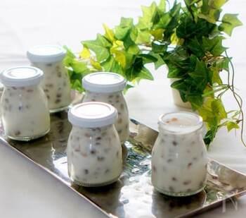 ココナッツミルクのゼリーにレンズ豆を浮かべたエスニック風のスイーツ。ゼリーが少しかたまってからレンズ豆を入れると沈みません。