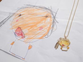 こちらは子供の絵をもとに、真鍮ワイヤーやジュエリーワイヤーとレジンを使って、アクセサリーに仕立ててもらえるというもの。  子供の絵のイメージに近づけるよう、メールで複数回、やり取りをしてからの製作になります。