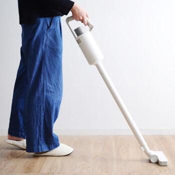 スティック掃除機はコードレスのものが多いため、寝室の壁とベッドの間など狭い場所でも掃除しやすいのも嬉しいところ。シンプルなデザインを選べば、リビングでスタンドに立てて置いてもインテリアになじみます。