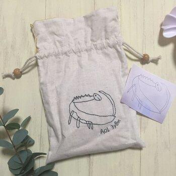 おやつやハンドクリームなど、ちょっとしたものを持ち歩くのに、巾着袋は大活躍ですよね。こちらの巾着は、子供の絵を丁寧にひと針ひと針、手刺繍で仕上げるというもの。  何年たっても愛用の巾着袋になりそうです。スマホで撮影したデータを送り、代金を支払ってから約2週間で出来上がります。