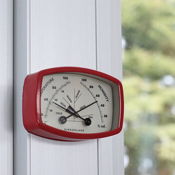 温度と湿度の状態を一度に確認できる、キッカーランドのレトロなマグネット付きメーターです。針が交差する位置をチェックするだけで室内が快適な環境にあるかすぐに判断できるほか、裏面のマグネットで好きな場所に設置できるなど実用性もばっちり。