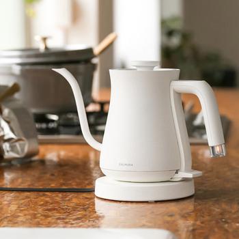 アツアツのお湯を使う分だけ素早くく沸かすことができる「電気ケトル」。大きなポットよりも扱いがラクで、水の補充も簡単です。
