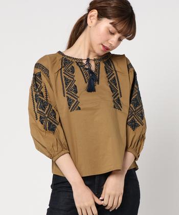 ブラウンやブラックの刺繍ブラウスは、その落ち着いた色味から着るだけで秋めきます。季節感をじっくり楽しみたい人におススメのカラーです。