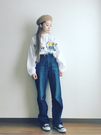 白いシャツにお花を描いたようなシャツには、ゆるっとデニムを。ベレー帽を合わせれば刺繍ブラウスが一気にアーティスティックな雰囲気にシフト。足元はスニーカーでカジュアルダウンさせるといい感じに力の抜けたコーデになります。