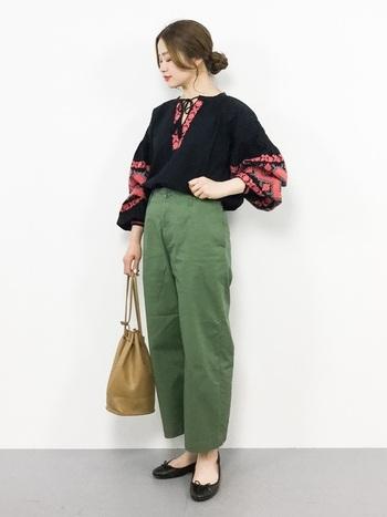 華やかな刺繍が目を引くトップスは、カーゴパンツでカジュアルな雰囲気に。バレエシューズを合わせることで、カジュアル過ぎを防止し、大人な要素をプラスできます。