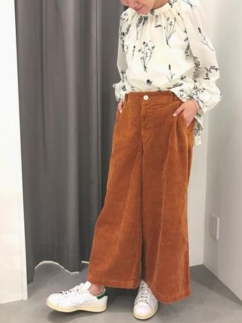 オレンジがかったブラウンのパンツは、落ち葉を連想させ、季節感満載です。そんな時は、ブラウスと足元を同じ色にしてボトムの素材感を引き立てる着こなしにしましょう。