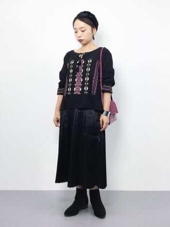 刺繍ブラウスに、同じ色のサテンプリーツスカートを合わせて、1トーンでも異素材コーデに。刺繍と同じ色味のバッグを合わせればコーデにポイントが生まれて、お洒落さもアップします。