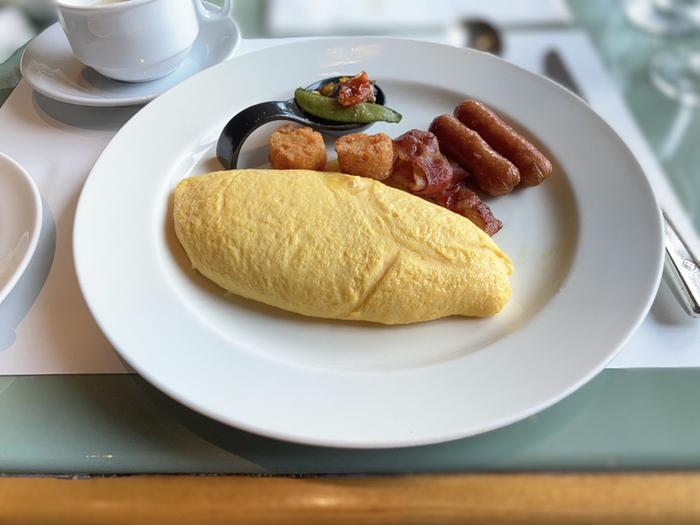 なかでも朝食は「最強の朝食」と呼ばれるように、健康にもおいしさにもこだわった、シェフの情熱が詰め込まれています。ひときわその情熱を感じられるのが、シェフ自身の手で焼き上げる「ふわふわのオムレツ」。絶妙な火加減で、ふわふわ・とろとろに仕上げてくれます。洋食も和食も朝から大満足のクオリティです。