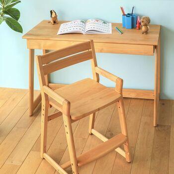 もしキッチンカウンターや大人のワークスペースなどを代用するのなら、お子さんの足がぶらついて集中力を欠かないよう、足を置く台や専用のチェアなどを用意すると良いでしょう。