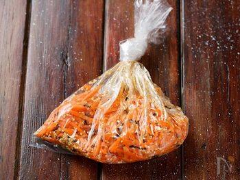 火を使わずに作れるうえ、手を汚さず、ポリ袋で作れるのも嬉しいポイントです。冷蔵庫では4日ほど、冷凍保存で30日ほど持ちますよ。