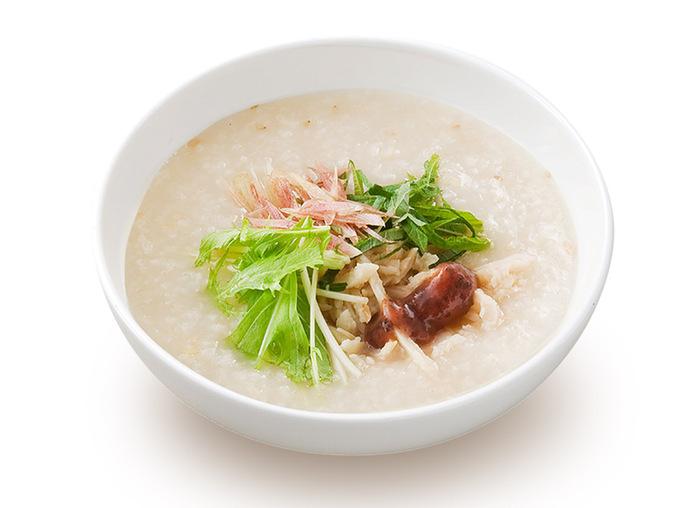 シンプルな料理だからこそ、素材そのものに徹底してこだわったおかゆが魅力。例えば肝心のおかゆは、白米2:玄米1の割合で、干し貝柱や昆布などとともに毎日じっくり炊き上げています。新鮮な野菜や海鮮を惜しみなく使った豊富なラインナップが用意されている他、中華麺や点心などのメニューもあり、テイクアウトでもお楽しみいただけます。