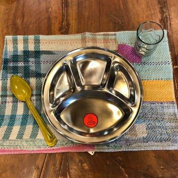 本格的なネパールカレーのお店で見かける、仕切り付きのダルバート皿。スパイス香るカレーがよく似合う器ですよね。  いつものカレーが、すぐ本場風の見た目に変わりますよ。せっかくならカレー教室に通って、複数の手作りカレーをお皿に添えられるように腕を磨きたくなりますね*